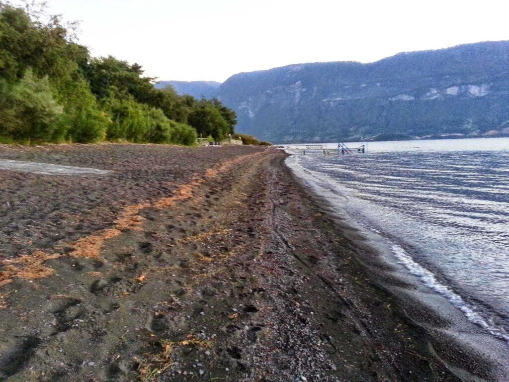 La playa de arenas rojas del Calafquén